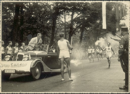 Photo:Scene from torch procession at the 1936 Berlin Olympics